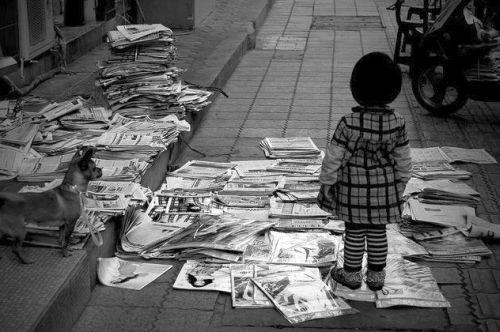 Bambina Giornali